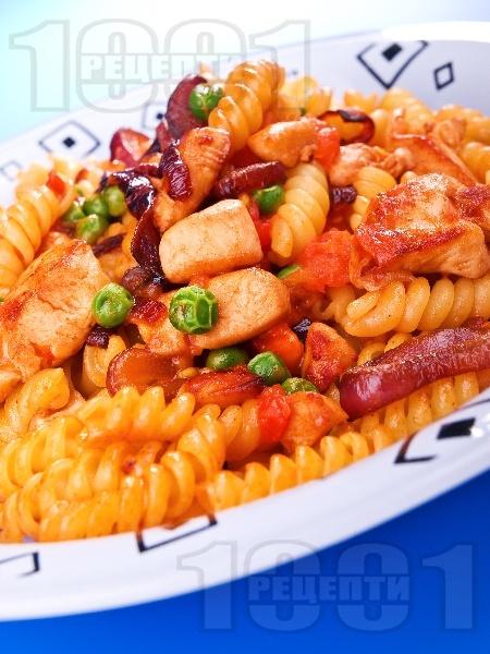 Салата от фузили паста, пържено пилешко месо и зеленчуци - снимка на рецептата